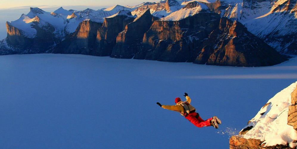 szembenézés: például ugrás ejtőernyővel egy magas szikláról az érzelmei és érzései figyelembevétele nélkül